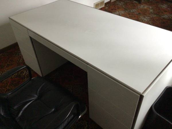Photo white metal desk with drawers and lock and key, $90 - $90 (Madison)
