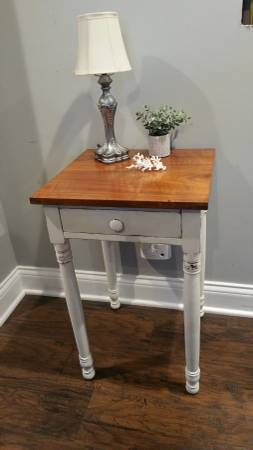 Photo Farmhouse Antique Side table End table Chalk paint - $75 (Medina)