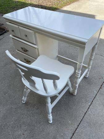 Photo Girls white desk with chair - $75 (Mansfield, near 13  71)