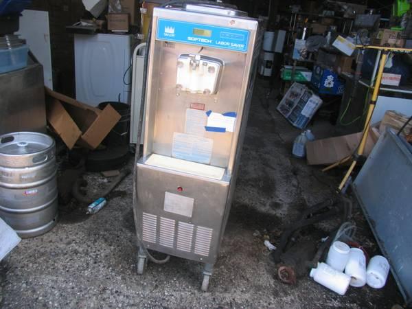 Photo Taylor Y751SC-27 Soft Serve Ice Cream  Yogurt Machine - $5000 (Heron Lake)