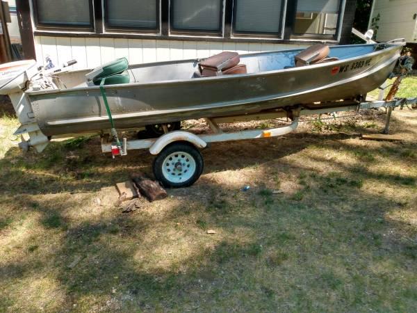 Photo 14 foot crestliner boat sportsman trailer 15 hp Johnson - $1,000 (Prarie du chien)