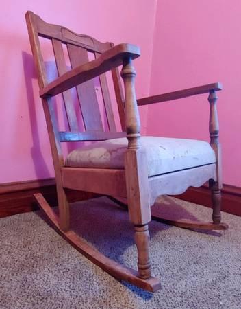 Photo Vintage Wood Rocking Chair - $40 (Hawkeye)