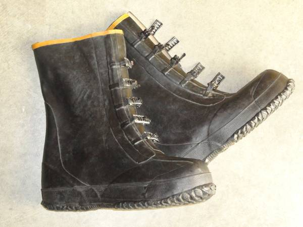 Photo MENS SIZE 12 13 RUBBER BOOTS OVER THE SHOE - $10 (ChaignUrbana)