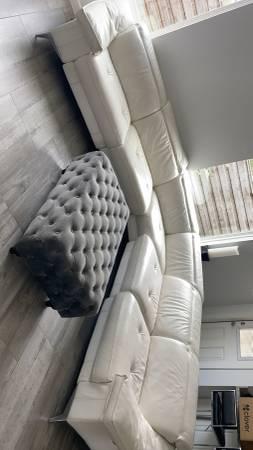 Photo Modern white leather sofa - $1,500 (Mission)