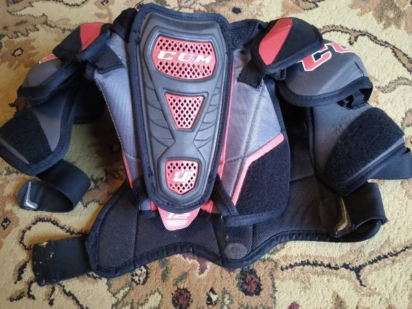 Photo Youth CCM Hockey equipment, shin guards and shoulder pads - $20 (Mentor)