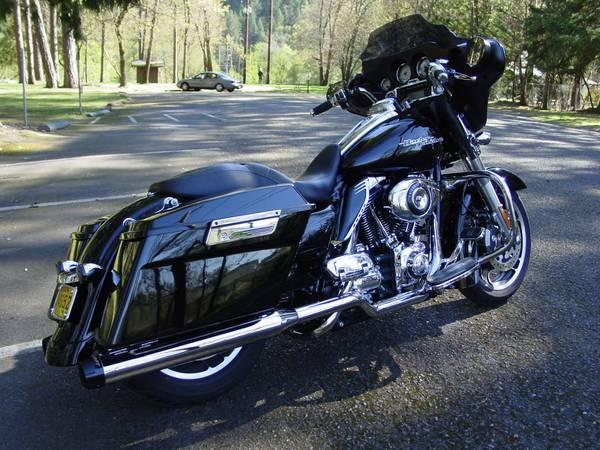 Photo 2011 Harley Davidson Street Glide FLHX Loaded w Lots of Extras - $15,800 (Grants Pass)