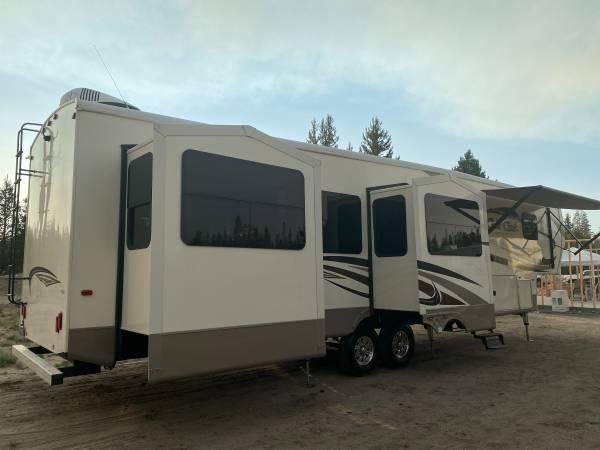 Photo 2017 Cedar Creek Silverback 4239 Rear Living Room 5th Wheel - $48,500 (La Pine Oregon --- FREE DELIVERY ---)