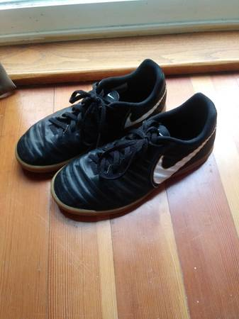 Photo Boys Nike size 5y indoor soccer shoes - $25 (Grants Pass)