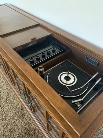 Photo Vintage Magnavox Stereo Console - $190 (Jacksonville)