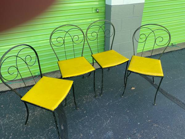 Photo Set of 4 wrought iron patio chairs - $75 (Memphis)