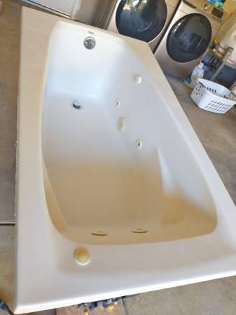 Photo American Standard Whirlpool Jacuzzi Bathtub - $300 (Redwood Valley)