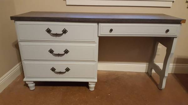 Photo DISCOUNTED--DESK with 4 drawers - $100 (Willits)