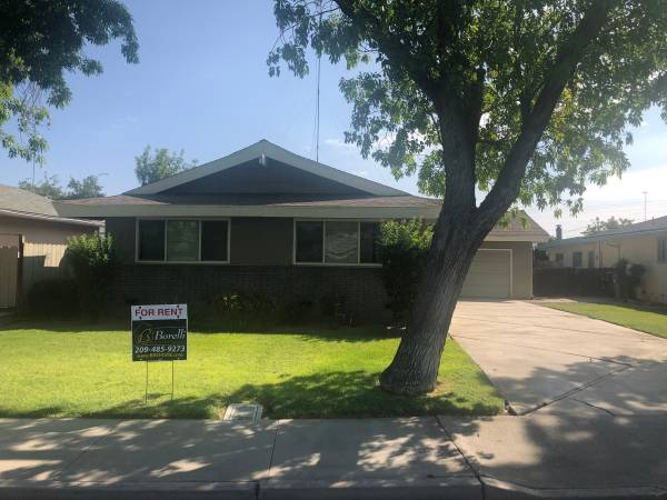 Photo 3 Bed 2 Bath Presidential Home near Los Banos High School with HUGE Ba (Los Banos)