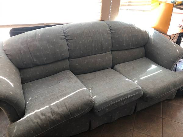 Photo FREE COUCH (Bellevue Ranch)