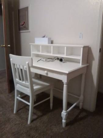 Photo White desk and chair - $350 (Winton)