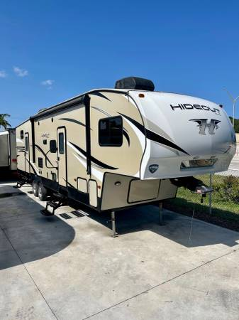 Photo 2018 Keystone Fifth Wheel Travel Rv Trailer Hideout Cer 2 Rooms - $32,500 (Miami)
