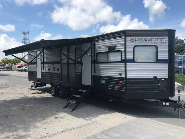 Photo 2019 Cherokee Limited 274 VFK, 33 ft Travel Trailer - $19,900 (Pompono beach)