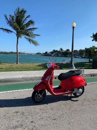 Photo Vespa GTS 250cc - $3,900 (Miami Beach)
