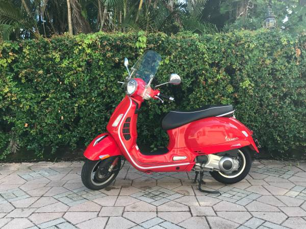 Photo Vespa GTS 300 Super only 3950 miles - $3,950 (Fort Lauderdale)