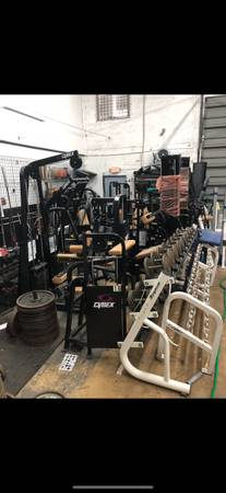 Photo Warehouse full of gym equipment squat rack bench weights dumbells home gym garag (Miami)