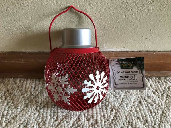 Photo NEW NONO Solar Bird Feeder Red Metal wWhite Snowflakes - $25 (milwaukee)