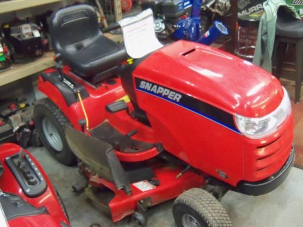 Photo Snapper LT300 Lawn Tractor 20hp Twin Briggs Engine 443939 cut Hydro - $1195 (Big Bend)