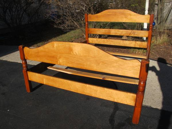 Vintage Solid Maple Double Full Size Bed With Slats - $80 (Waukesha)