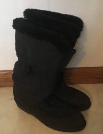 Photo Women Winter Boots Size 9 - $10 (Fox Point)