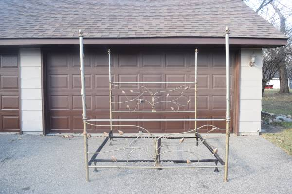 Photo 4 Poster King size bed - Metal - $125 (Bloomington)