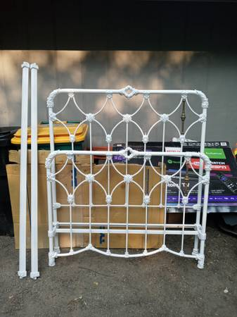 Photo Antique cast iron full size bed time with railings - $750 (Brooklyn Park)