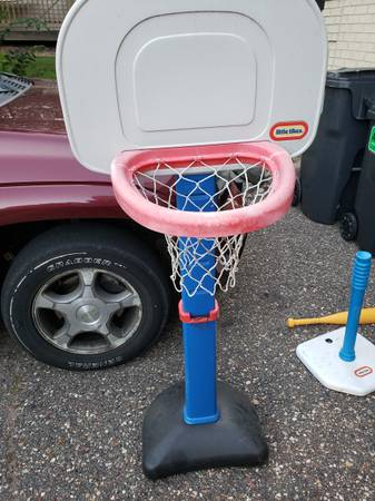 Photo Little Tikes basketball hoop and T-ball set (Apple Valley)