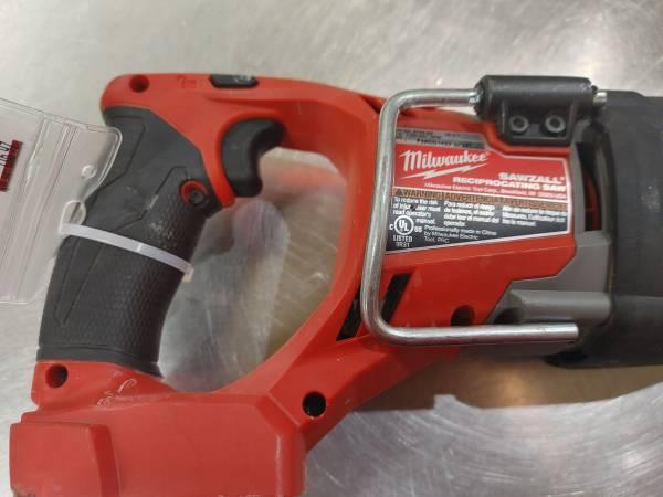 Photo Milwaukee 18 volt sawzall red and black - $116 (Burnsville)