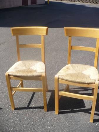 Photo TWO VERY NICE WICKER SEAT DINE CHAIRS - $120 (Eden Prairie)