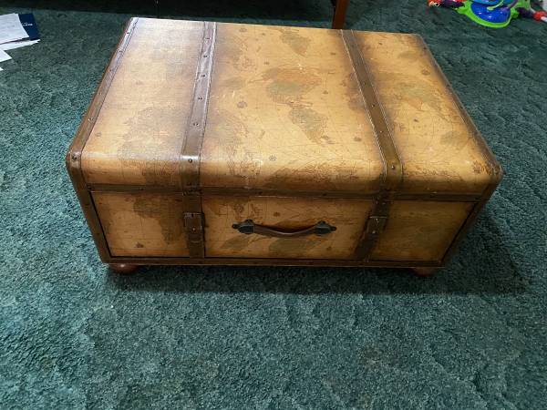 Photo LIKE NEW OLD WORLD COFFEE TABLE - $250 (Lucedale)