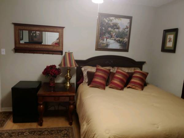 Photo Room for rent (Lake Forest)