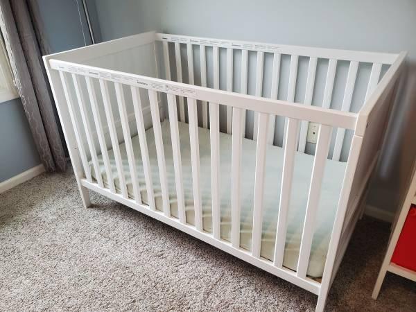 Photo Ikea SUNDVIK Baby Crib  Mattress  Sheet Set - $120 (Northville)