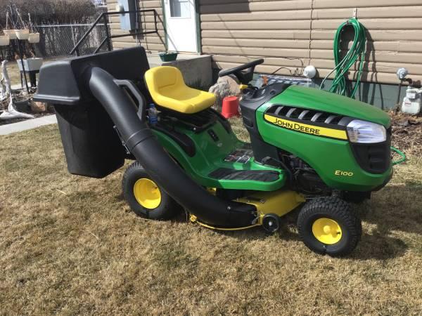 Photo E 100 John Deere lawn tractor - $1,550 (Deer Lodge)