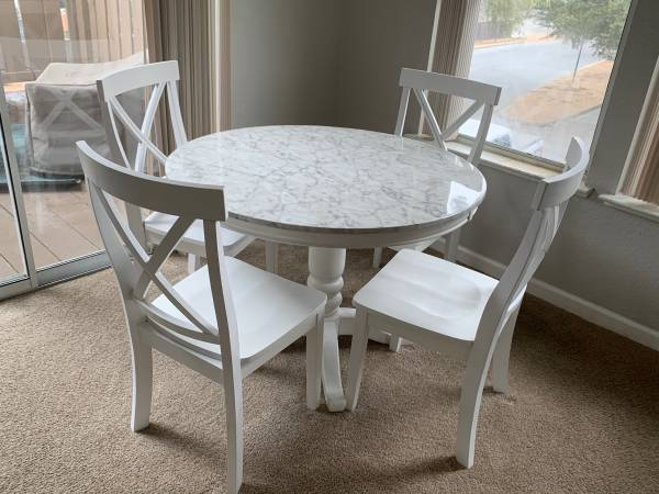 Photo Modern round white dining table - $250 (Pacific Grove)