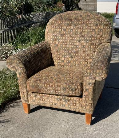 Photo PICK UP SATURDAY Chair well worn but great, sturdy, comfy, cute (Marina)