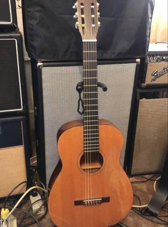 Photo Vintage Silvertone Classical Acoustic Guitar REDUCED PRICE - $175 (Santa Rita)