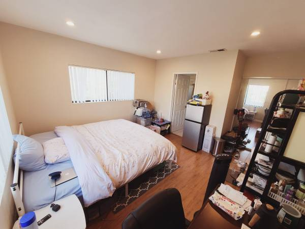 Photo $370 Looking for a cleanstable roommate 2 bedroom2bath (2601 Smallman St, Pittsburgh, PA 15222)
