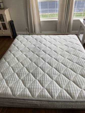 Photo King size Sleep number mattress and base - $400 (Moses Lake)