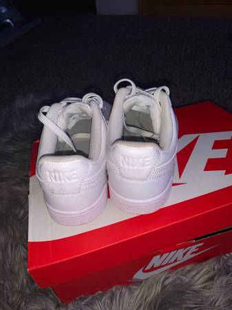 Photo White nikes womens - $75 (Ephrata)