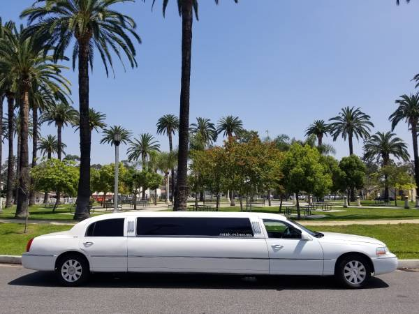 Photo 2005 WHITE 120-INCH LINCOLN TOWNCAR LIMOUSINE FOR SALE 1064 - $9995 (Los Angeles)