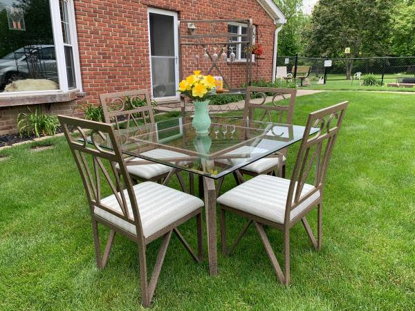 Photo Glass and Metal Kitchen Table, 4 Chairs, Bakers Rack with 2 Glass shelves, Gl - $325 (Albany)