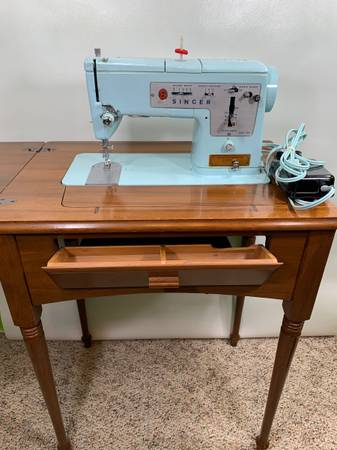 Photo Vintage Singer Sewing Machine w Table working Foot pedal - $150 (Muncie)
