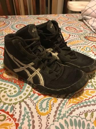 Photo Wrestling shoes - $20 (Muncie)