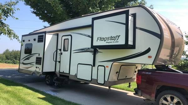 Photo 2017 26 ft Flagstaff 5th wheel - $26,500 (Whitehall)