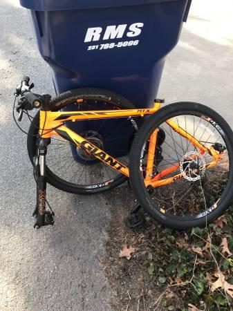 Photo Curb Alert Giant Mens Mountain Bike for Prts (Spring Lake)
