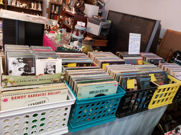Photo Hundreds of VINYL RECORD lps - $4 (Muskegon)